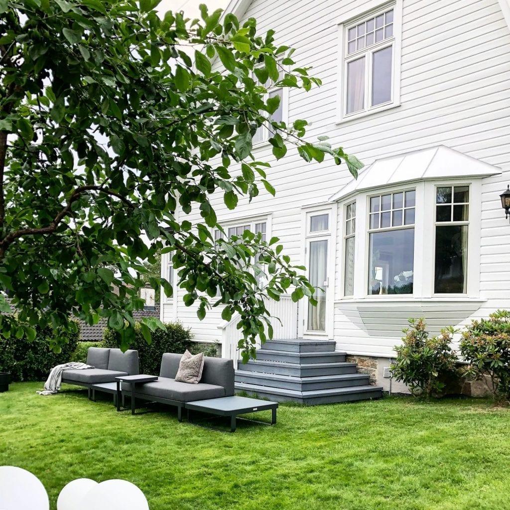 Hagemøbler og utemøbler fra Fine Design. Flotte hagemøbler fra Fine Design står foran en lekker villa, Villa Floris.