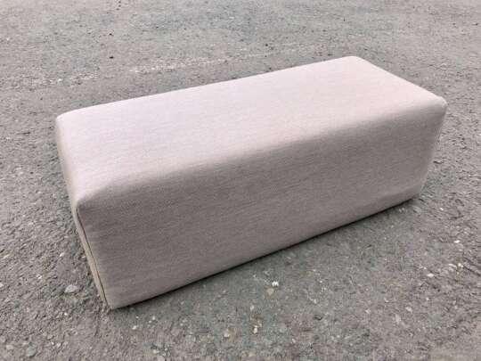 Klosspute i kaki farge ute på betong