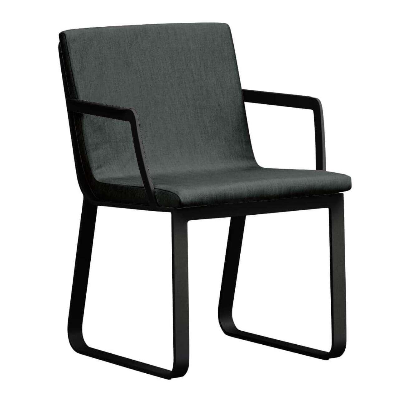 Stol i sortlakket aluminium med sete i grå tekstil med armlene