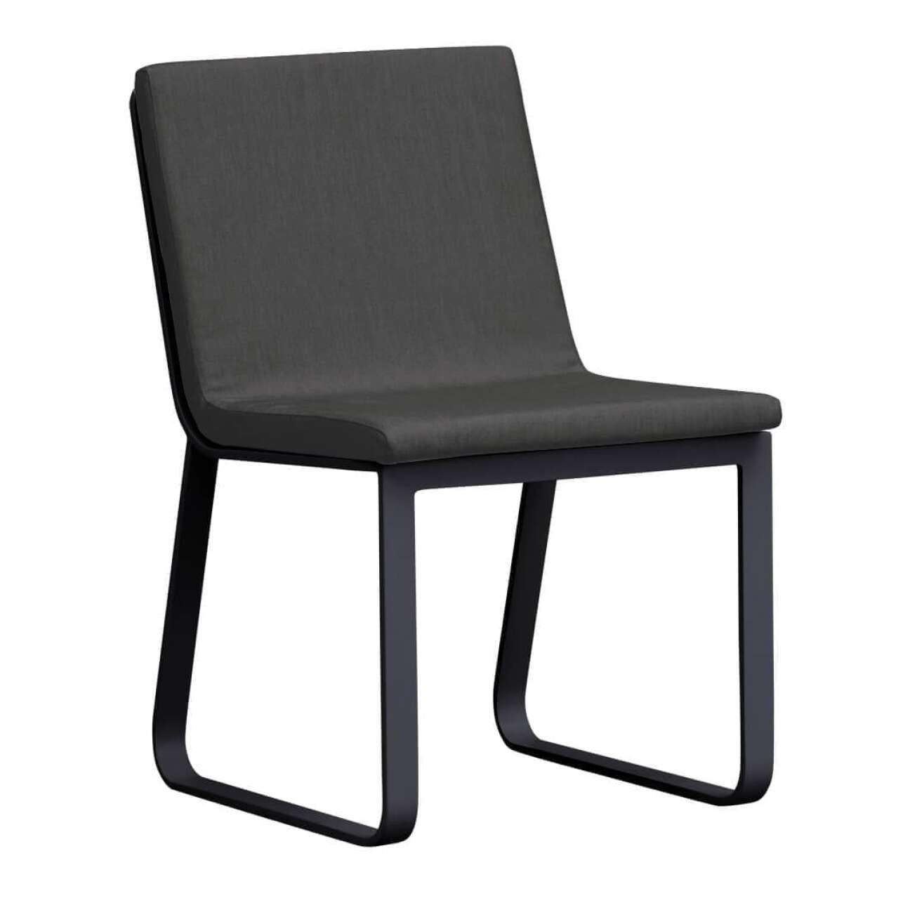 Stol i sortlakket aluminium med sete i grå tekstil uten armlene