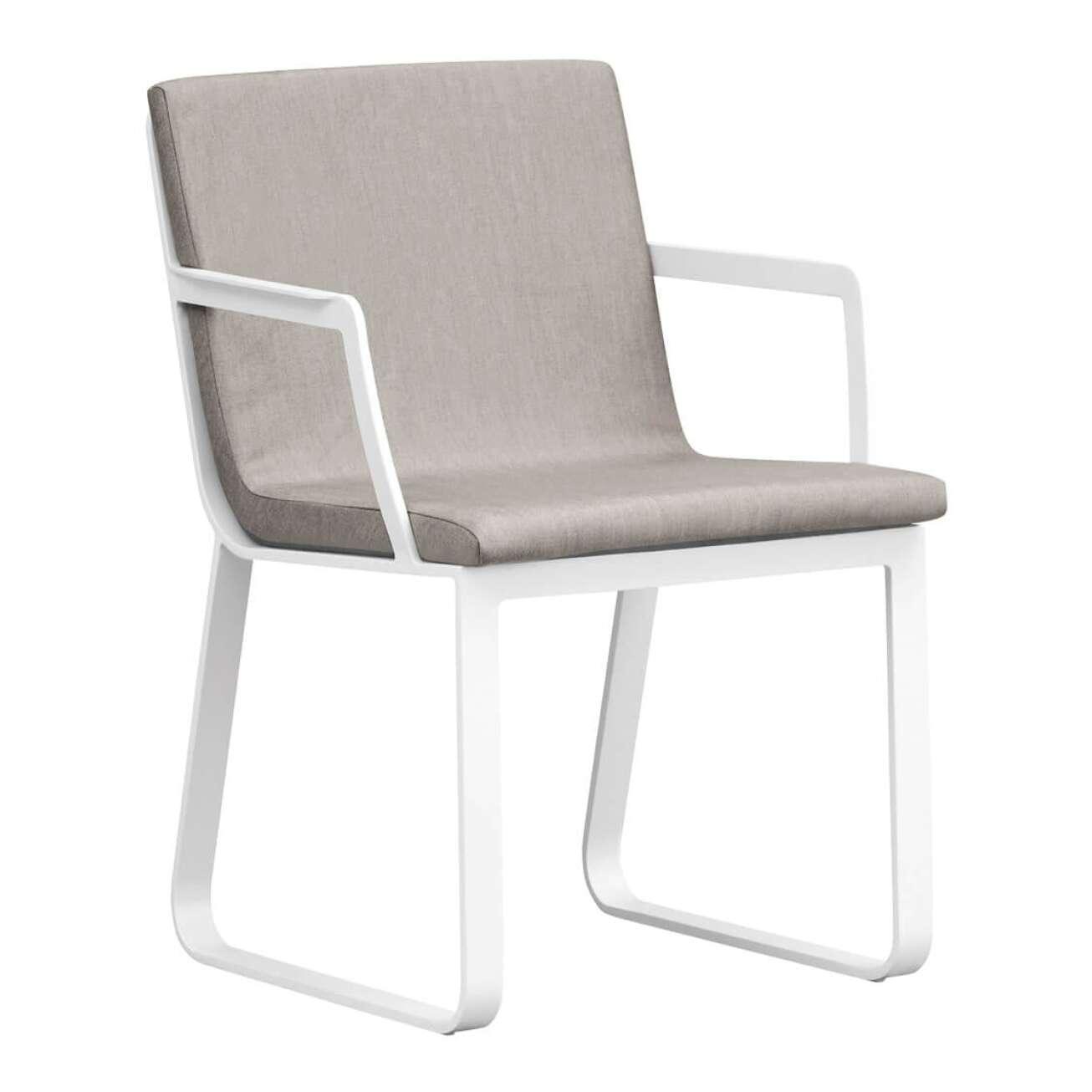 Stol i hvit aluminium med sete i beige tekstil med armlene