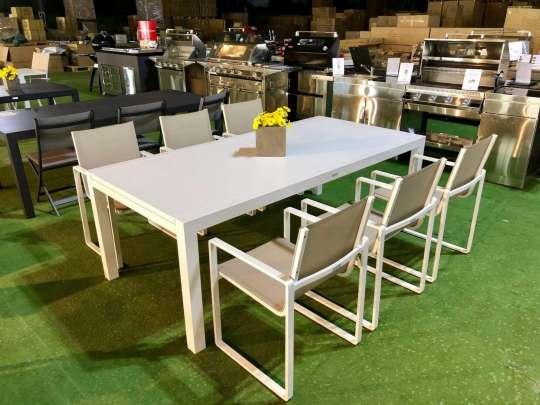 Hvit hagebord i aluminium med stoler, i showroom