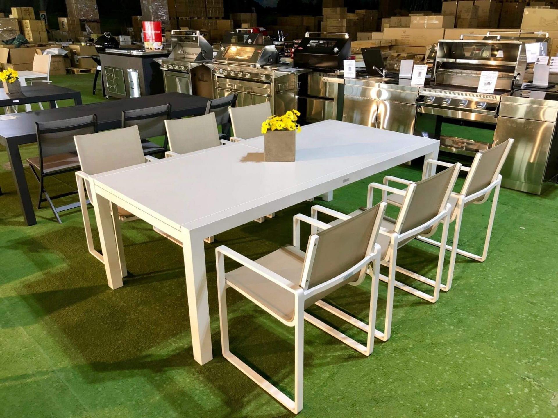 Stort spisebord i hvit aluminium med ileggsplate   Fine