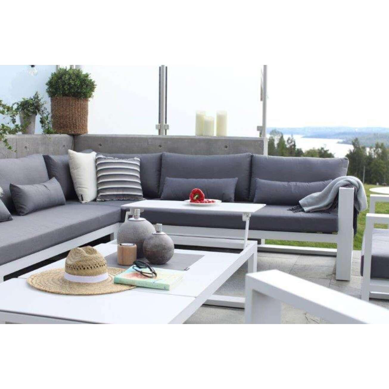 Sofagruppe i grå tekstil og hvit ramme og hvitt Gardenart sofabord med oppløft på koselig balkong med utsikt