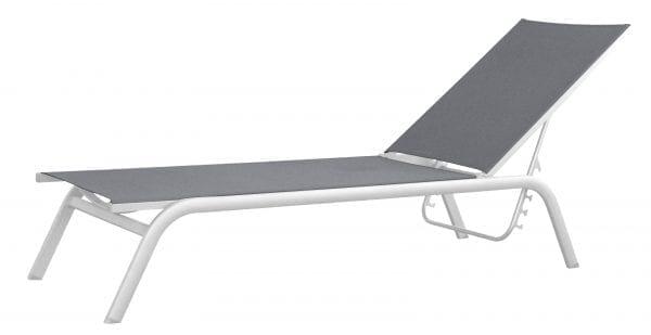 Solseng i hvit aluminium og grå tekstil