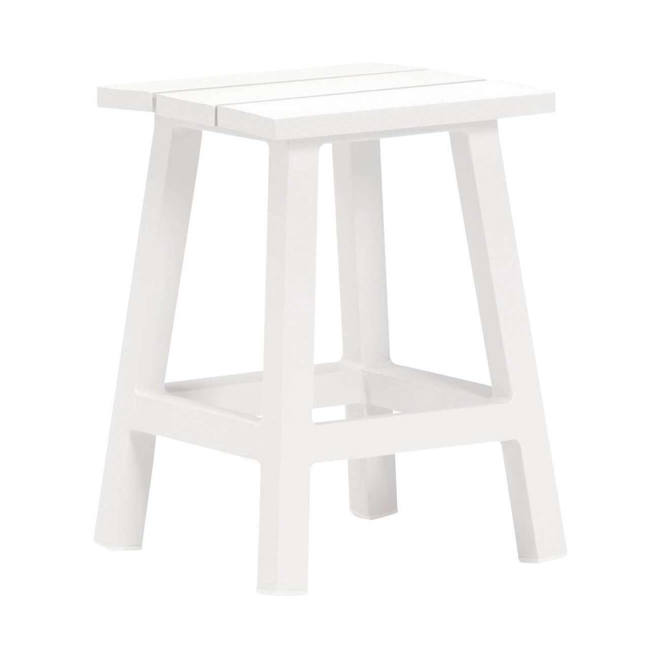 Hvit stol uten rygg kan brukes som sidebord