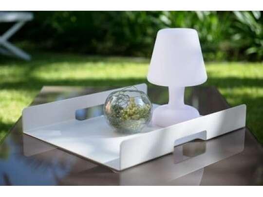 Gardenart brett i hvit aluminium med lampe og dekorasjon på bord