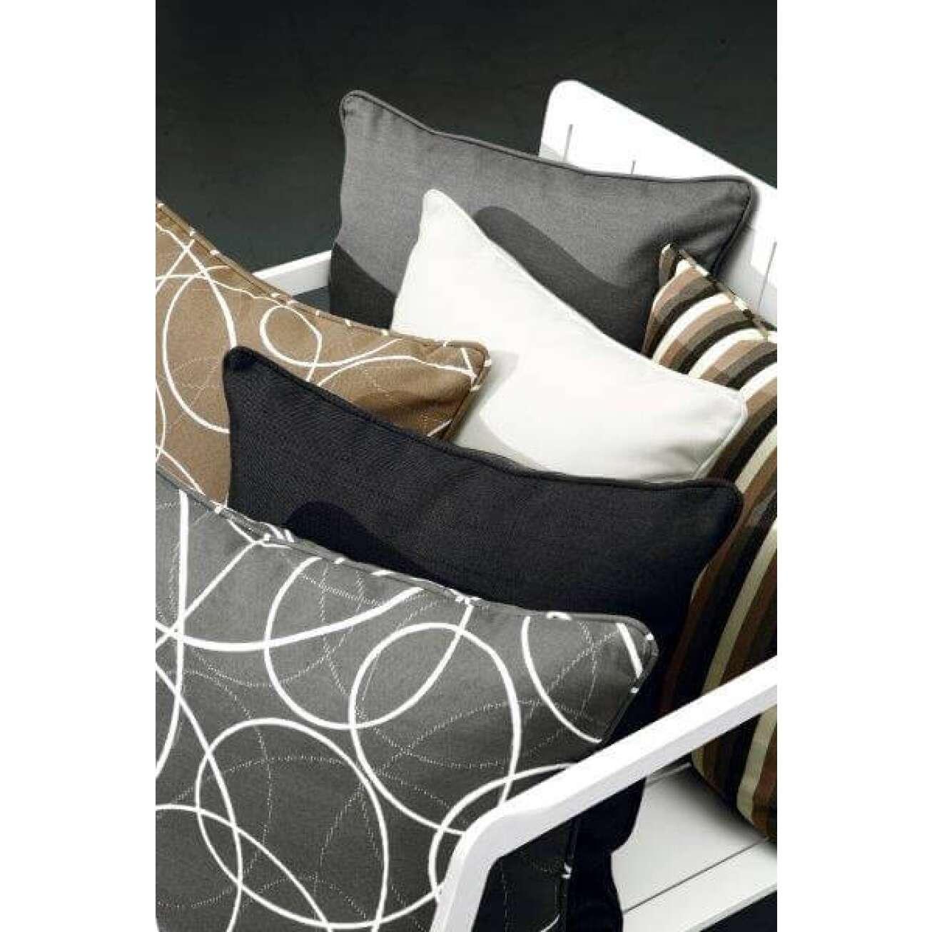 Flere ulike møstrete puter i sofa, svart, brunn, hvit og grå, stripete eller med sirkler