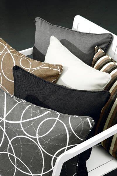 Hagemøbler og utemøbler fra Fine Design. Fine pynteputer i forskjellige farger.