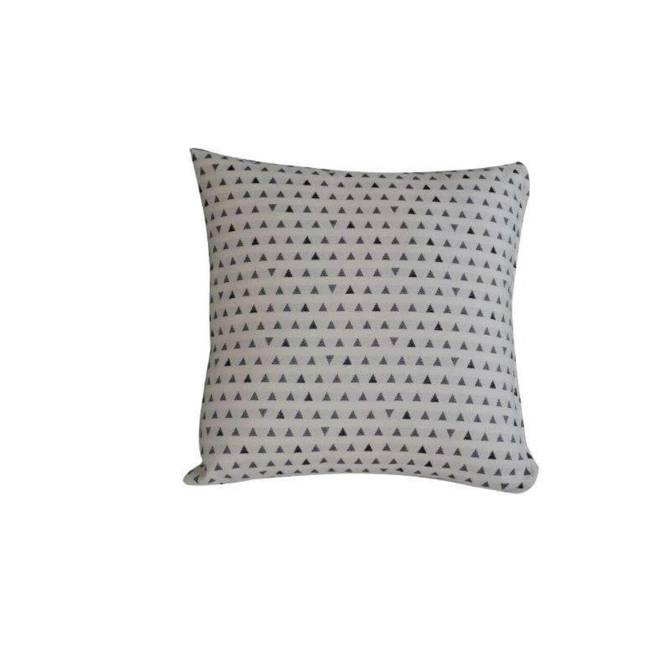 Hvit pute mønstret med mange sorte og grå triangler