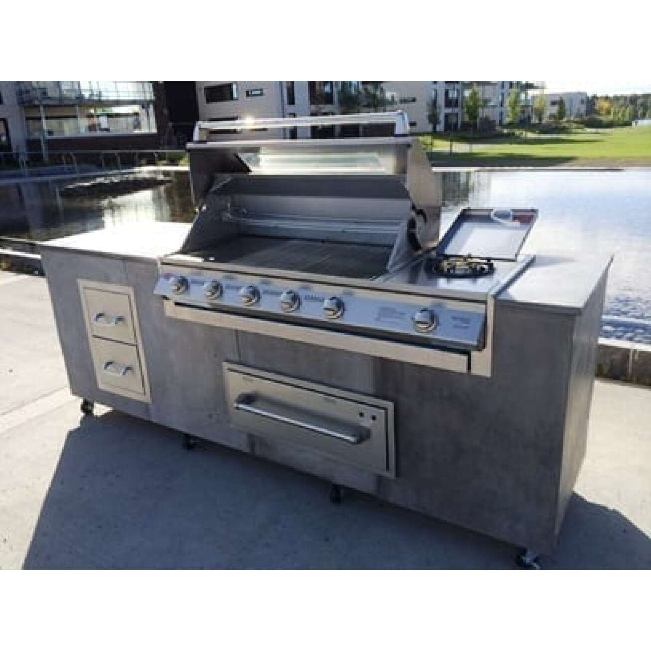 Utekjøkken med innbyggd Signature SL4000S innbygningsmodell 4 brennere + sidebrenner