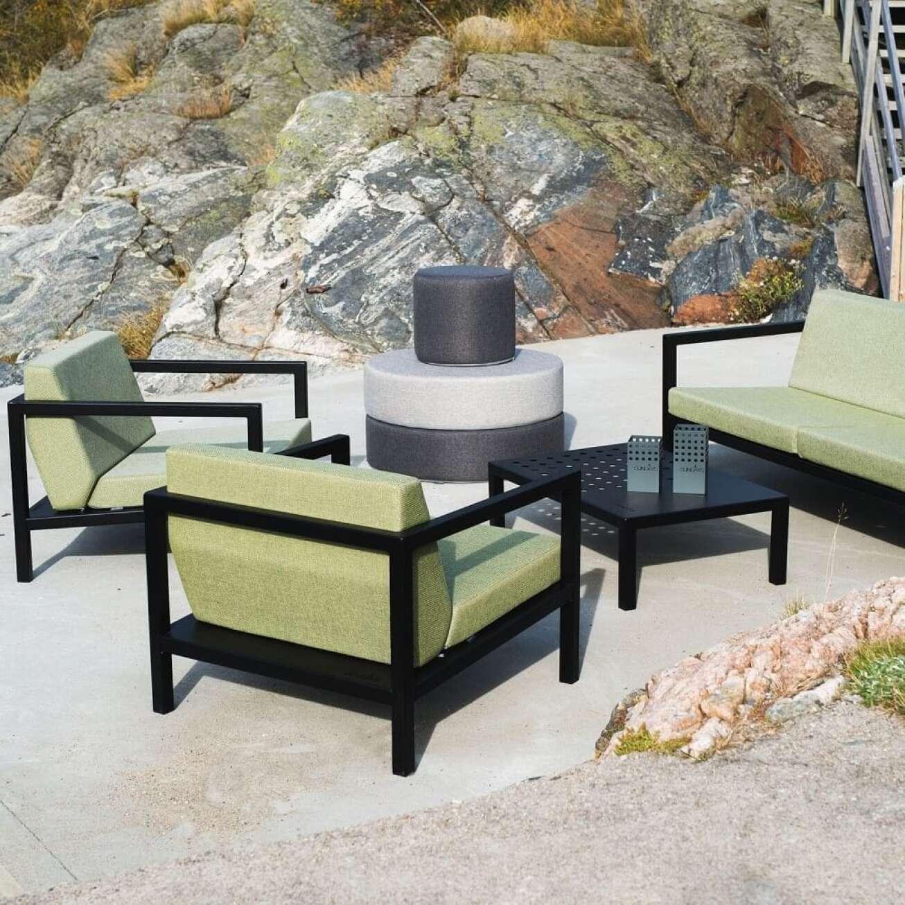 Sofagruppe satt sammen av toseter, to stoler, bord og 3 puffer