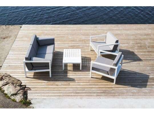 Sundays Design sofagruppe i hvit aluminium med lys grå puter på platting ved vann