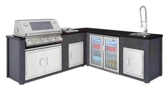 Hagemøbler og utemøbler fra Fine Design. Et stort utekjøkken med en Beefeater artisan 5 grill, kjøleskap og vask.