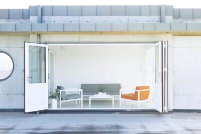 Gardenart sofagruppe - hagebord, toseter og to hagestoler i hvit aluminium med grå og oransje tekstil