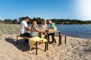 Sundays Core Spisebord Sett Komplett Med To Benker Og Et Bord (sundayscorespiskomplett) Hagemøbler og utemøbler - Fine design