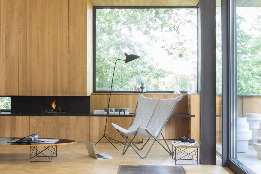 Lafuma loungestol SPHINX i lysgrå farge ved sofabord og peis i stuen