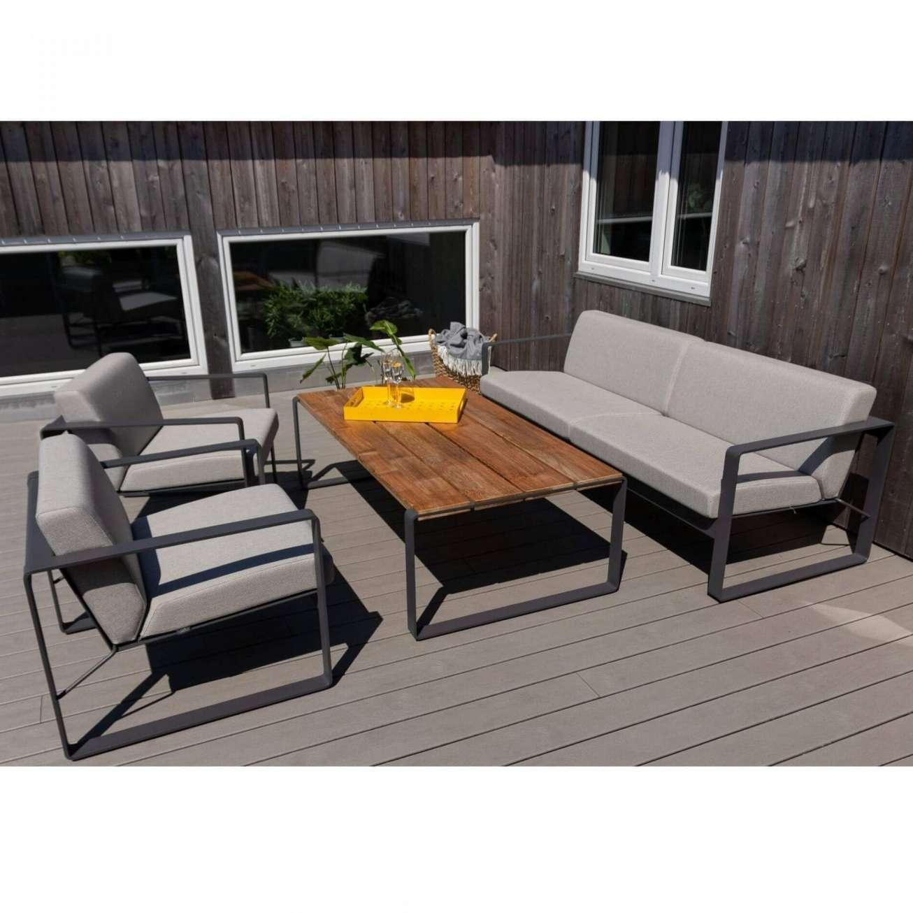 Hagemøbler og utemøbler fra Fine Design. Toseter sofa fra Sundays Design, i grå. Aluminiumsbord og to grå stoler.