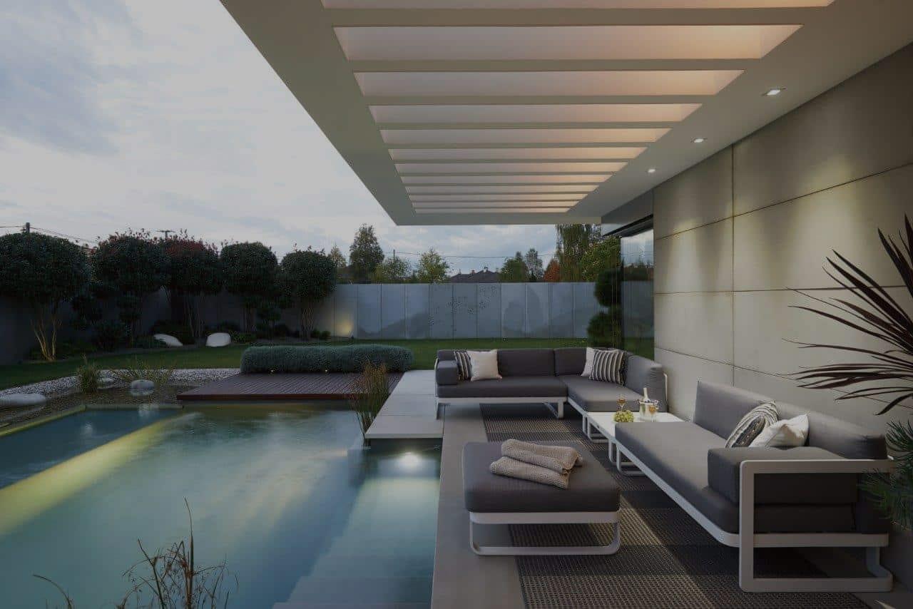 Hagemøbler og utemøbler fra Fine Design. Stor sofa ved siden av et basseng, i en hage.