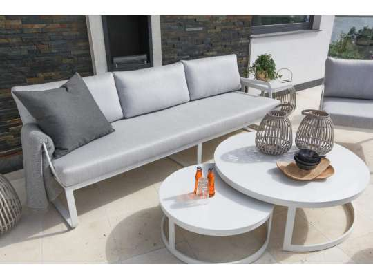 Gardenart treseter og hagestol i hvit aluminium med grå tekstil og 2 runde, hvite hagebord på veranda