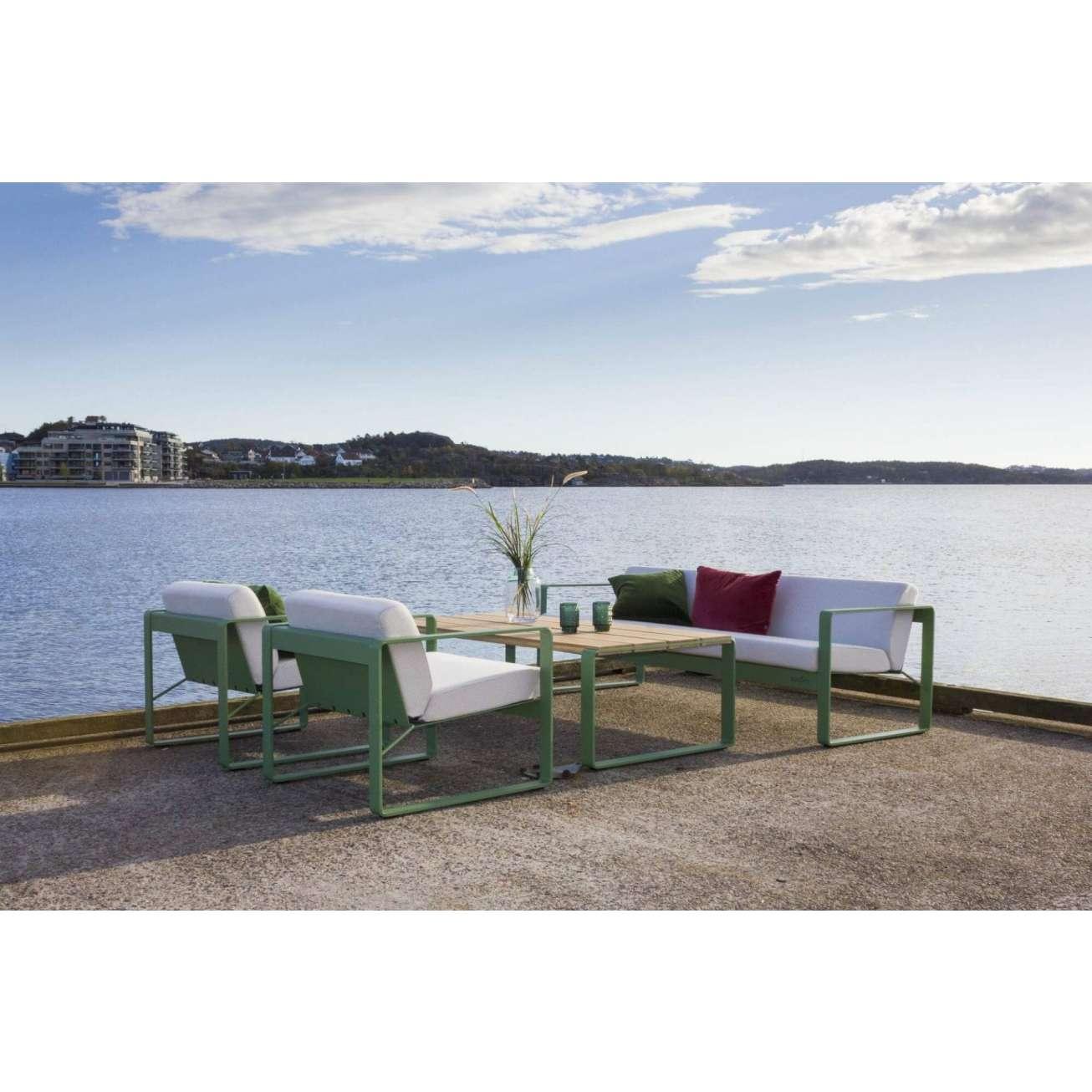 Sundays Core Hagesofasett ved havet - treseter, to hafestoler og hagebord i grønn aluminium med hvite puter