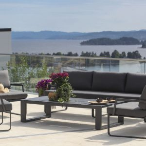 Hagemøbler og utemøbler fra Fine Design. En utesofa står sammen med to stoler og et bord på en terrasse.