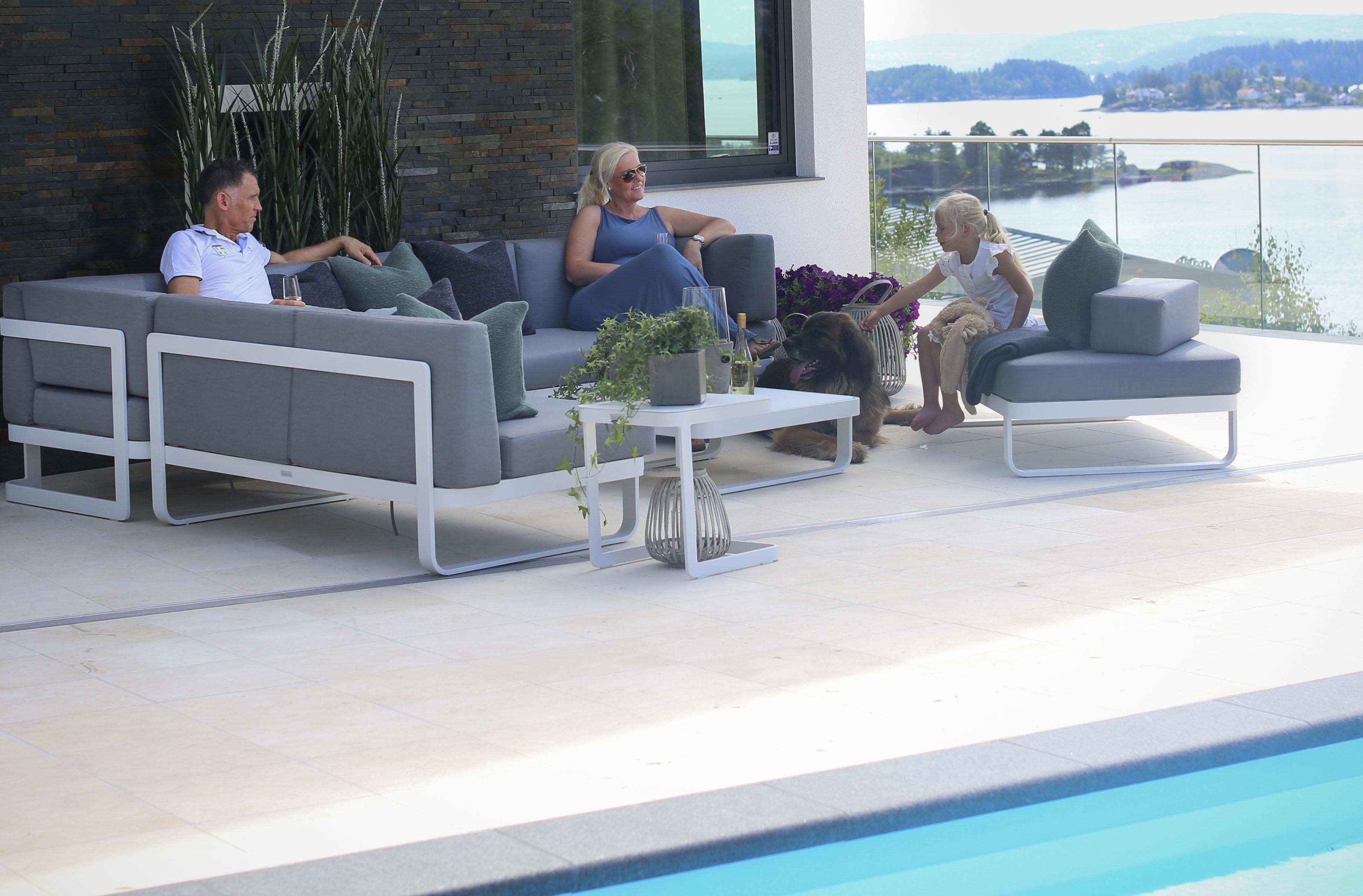 410972250 Utemøbler til bassenget i aluminium, betong og rotting - Tåler vann ...