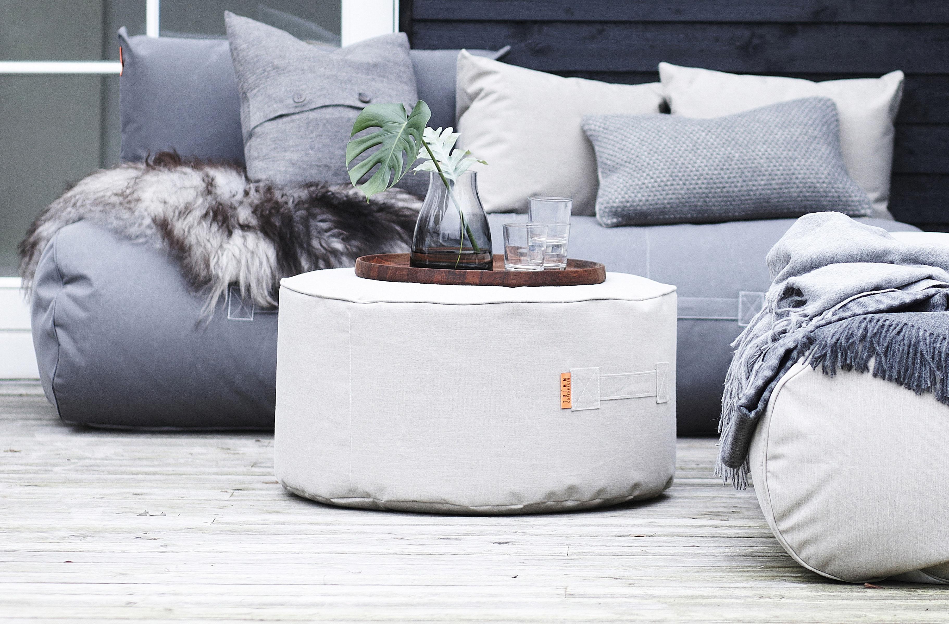 Hagemøbler og utemøbler fra Fine Design. En fin puff fra TRIMM står på en terrasse.