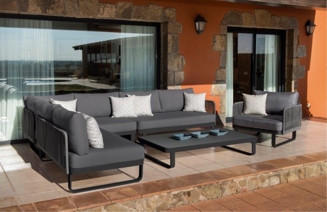 Hagemøbler og utemøbler fra Fine Design. En hagesofa i sort med aluminiumsramme står på en terrasse. Foran sofaen står det et sort, lavt bord og en tilhørende sort stol.