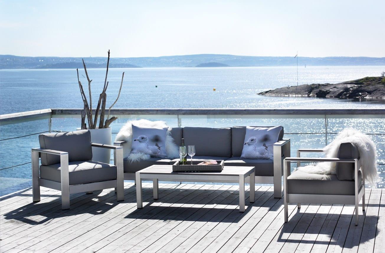 Hagemøbler fra Fine Design på solfylt terrasse ved sjøen