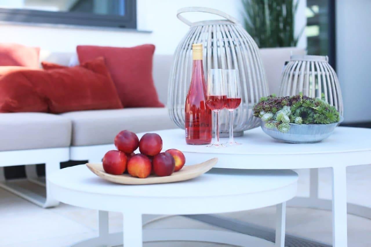 Runde, hvite balkongbord som kan settes under hverandre - hvit aluminium