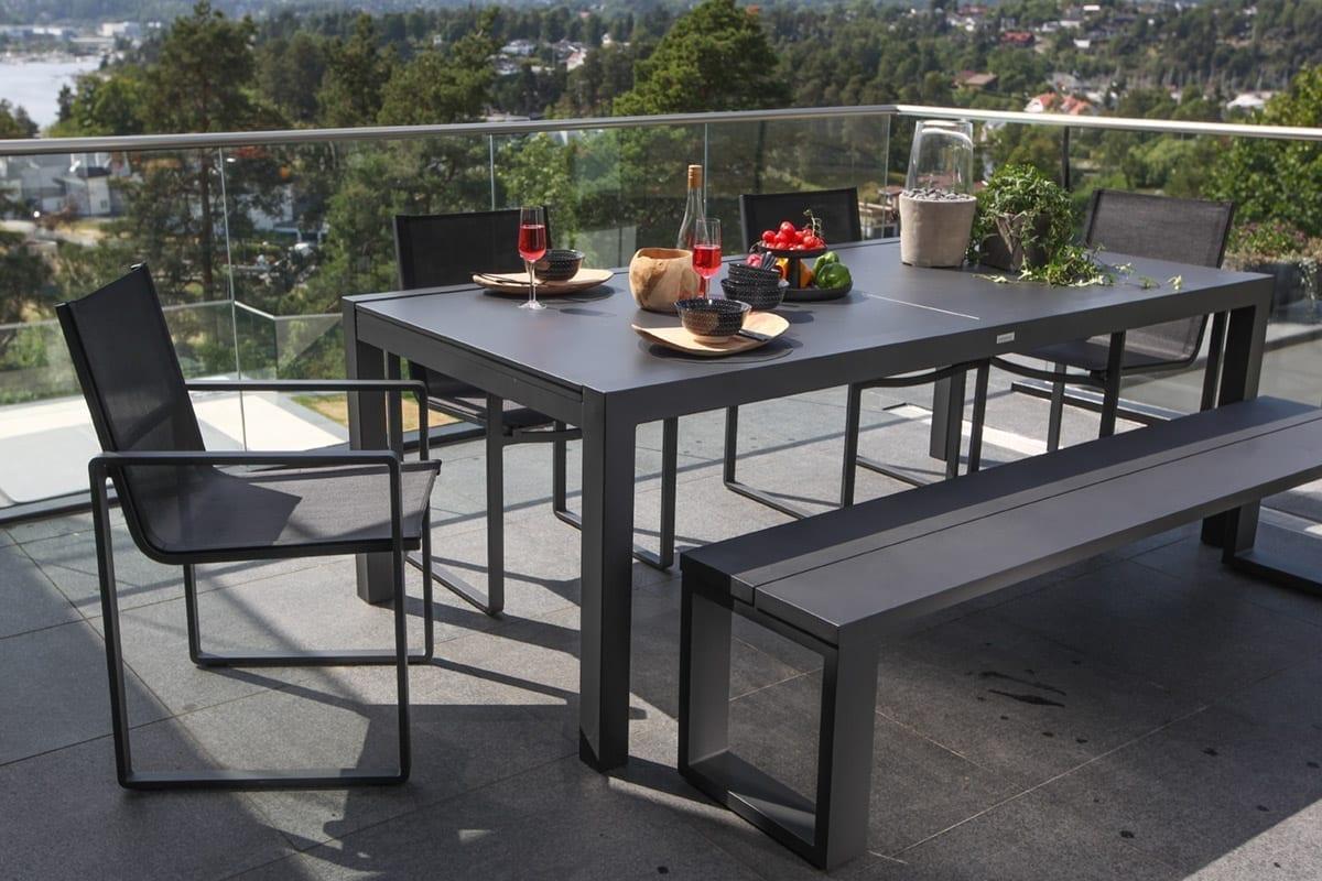 Gardenart aluminiumsbord med plate, hagebenk og hagestoler i sort aluminium på terrasse