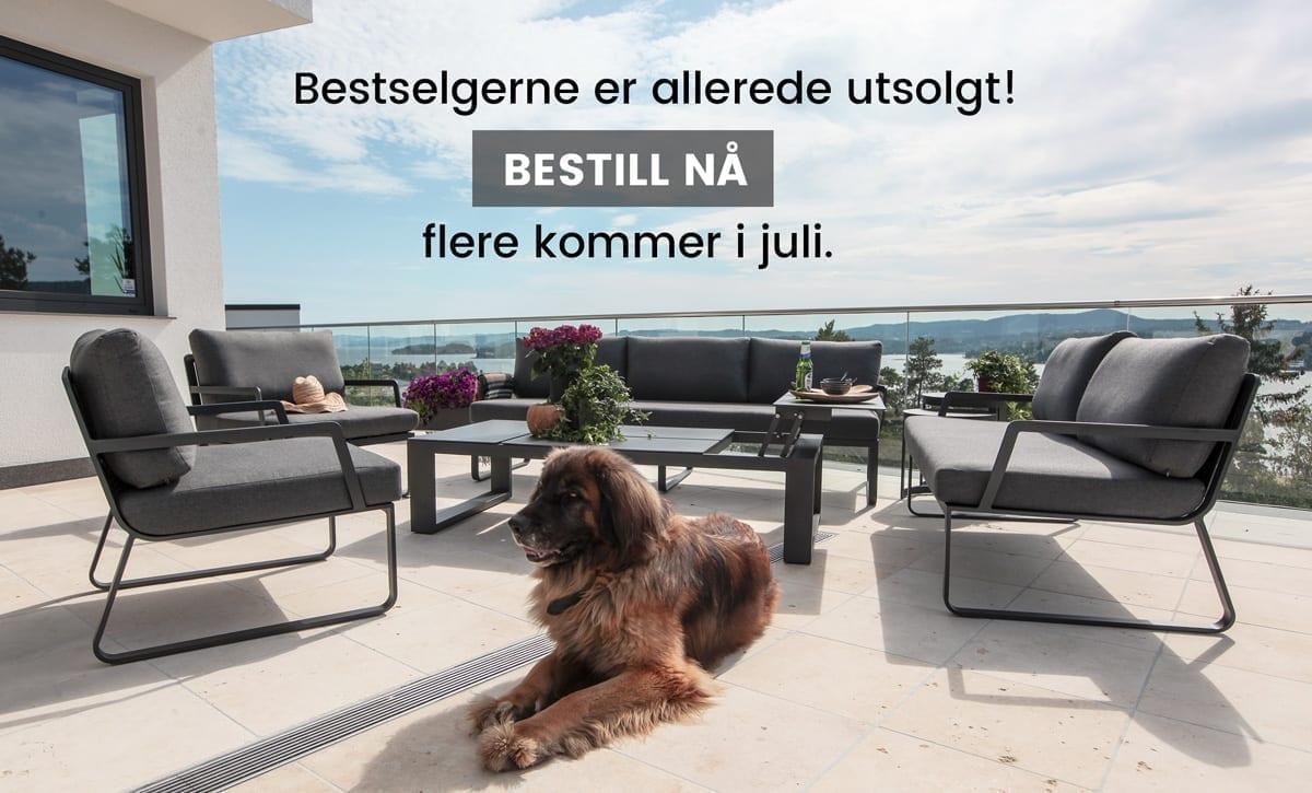 Svarte Gardenart hagemøbelgruppe på veranda med flott utsikt og hund