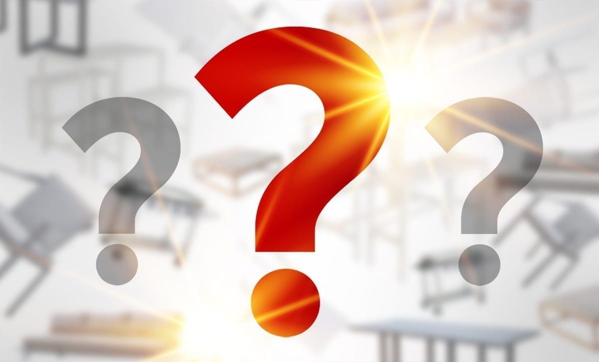 Bak tre store spørsmålstegn skjuler det seg ukjente hagemøbler på tilbud