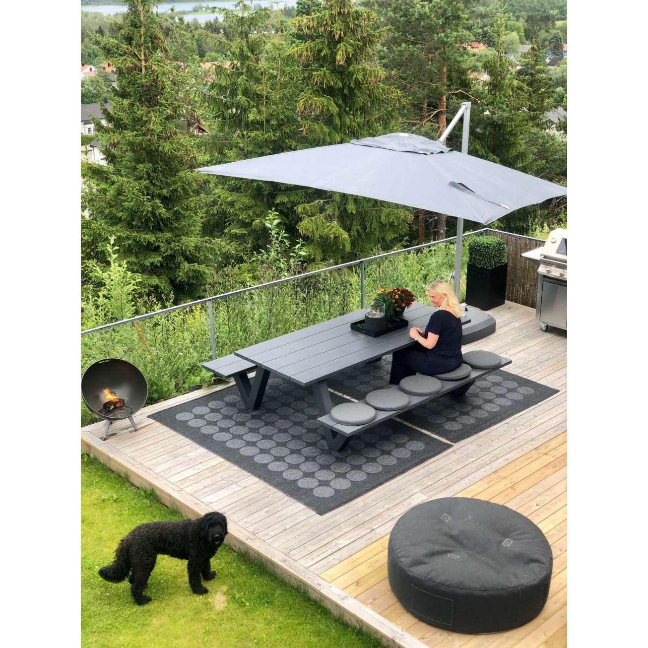 Hagemøbel-marianne-på-uteplass-under-parasoll Hagemøbler og utemøbler - Fine design