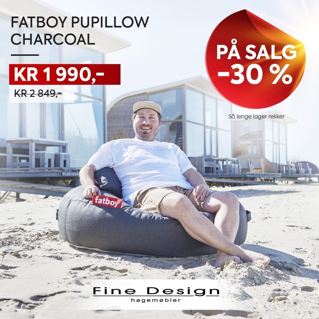 Man sitter i Fatboy Pupillow sekkestol i charcoal farge på salg - 30 % avslag