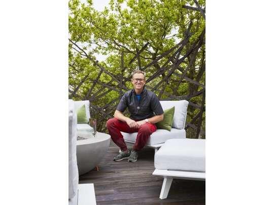 Halvor Bakke sitter på hvite hagesofa fra Fine Design på Eventyrlig-ufo-nevlunhgavn
