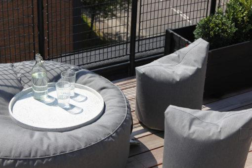 Nærbilde av TRIMM Copenhagen satellite chairs i grått i sollys på terrasse