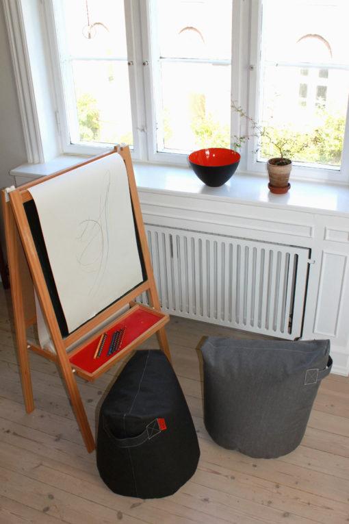 TRIMM Copenhagen satellite chairs i sort og grafitt farge på rommet