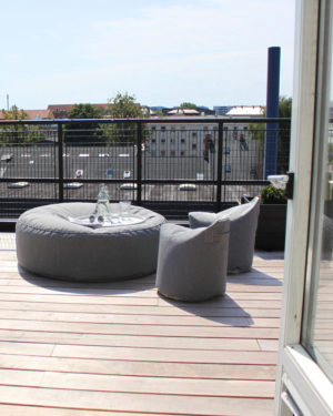 TRIMM Copenhagen satellite chairs i grått i sollys på terrasse