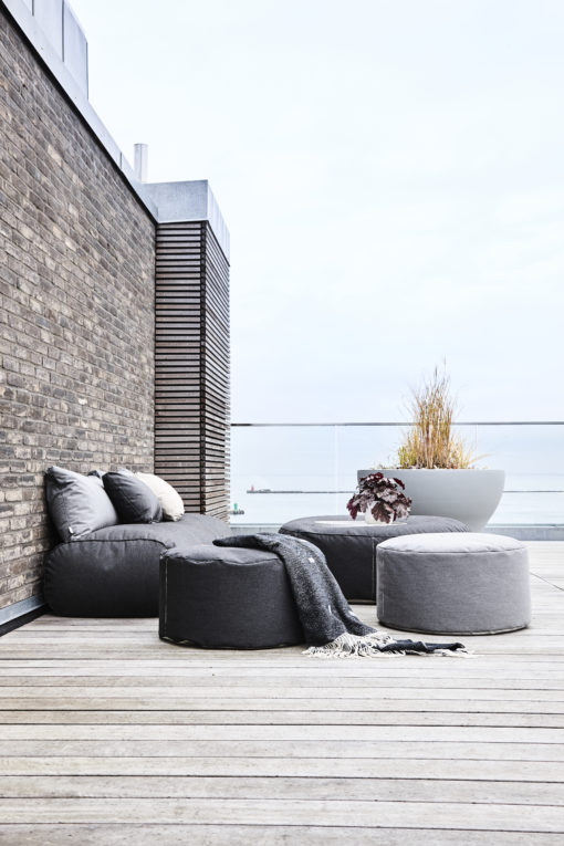 Trimm Copenhagen Tiny moon medium puff og Rocket daybed sofa i gråsort på terrasse
