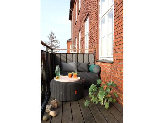 Trimm Copenhagen Tiny moon medium puff i sort og Rocket daybed sofa på terrasse