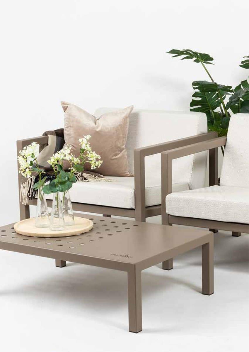 Frame-sofasett-med-hvite-puter-og-med-bord Hagemøbler og utemøbler - Fine design