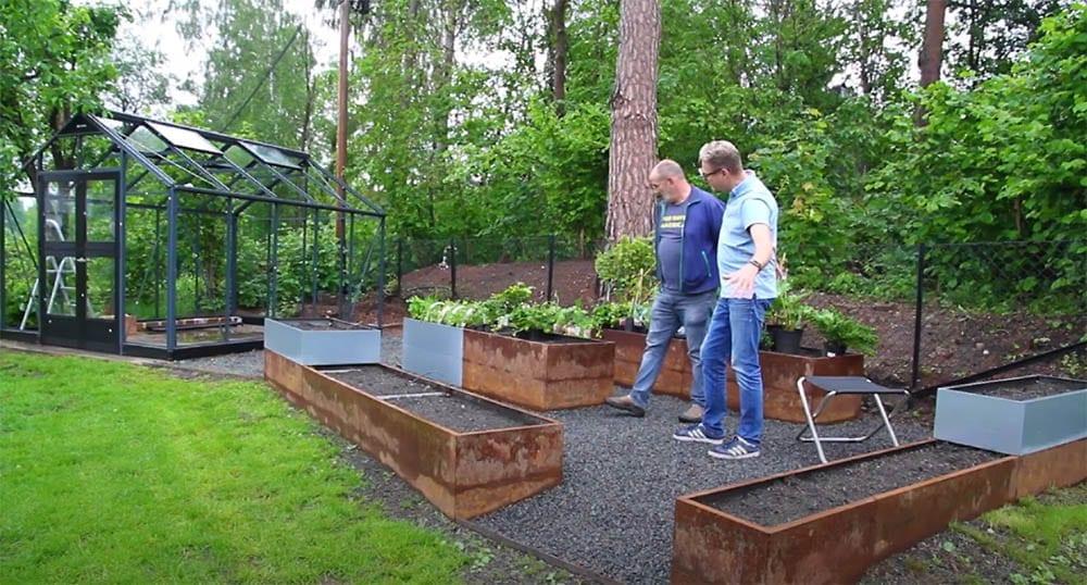 Bedd-i-system-flott-dyrkningshage-med-bedd-plantekasser-i-rust-og-galfan Hagemøbler og utemøbler - Fine design