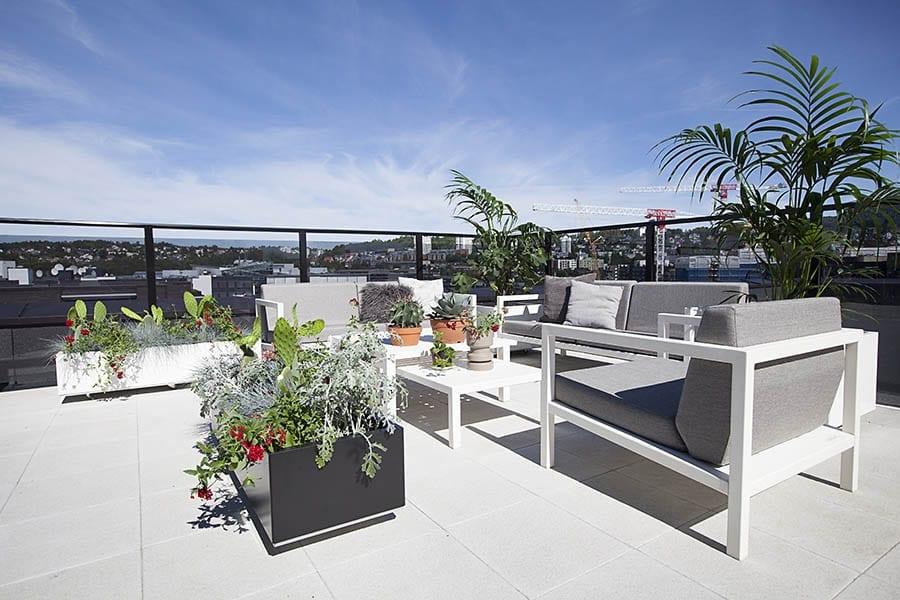 Svart-bedd-blomsterkasse-på-takveranda-med-strålende-utsikt Hagemøbler og utemøbler - Fine design