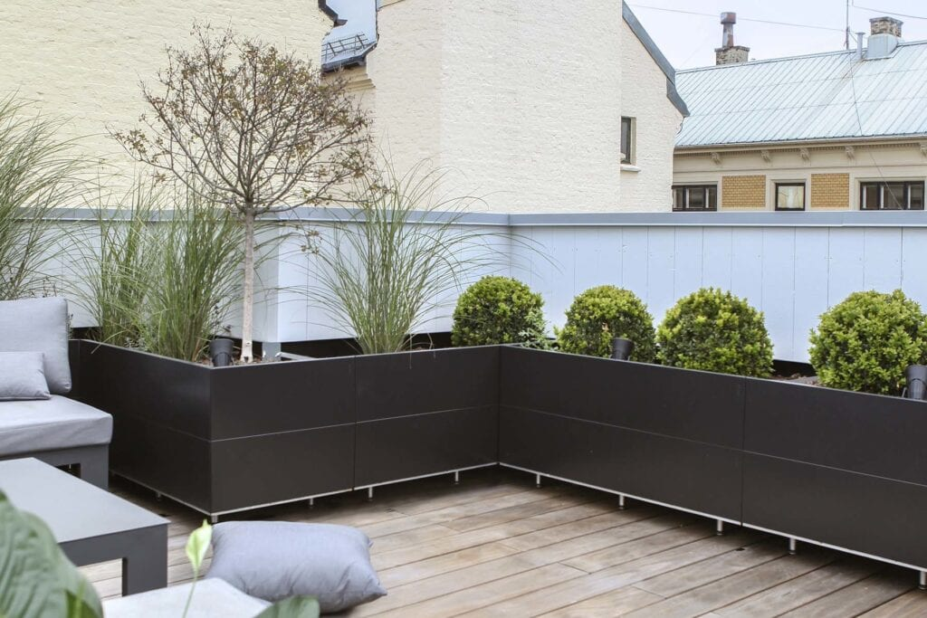 Svart-bedd-montert-i-vinkler-på-takterrasse Hagemøbler og utemøbler - Fine design
