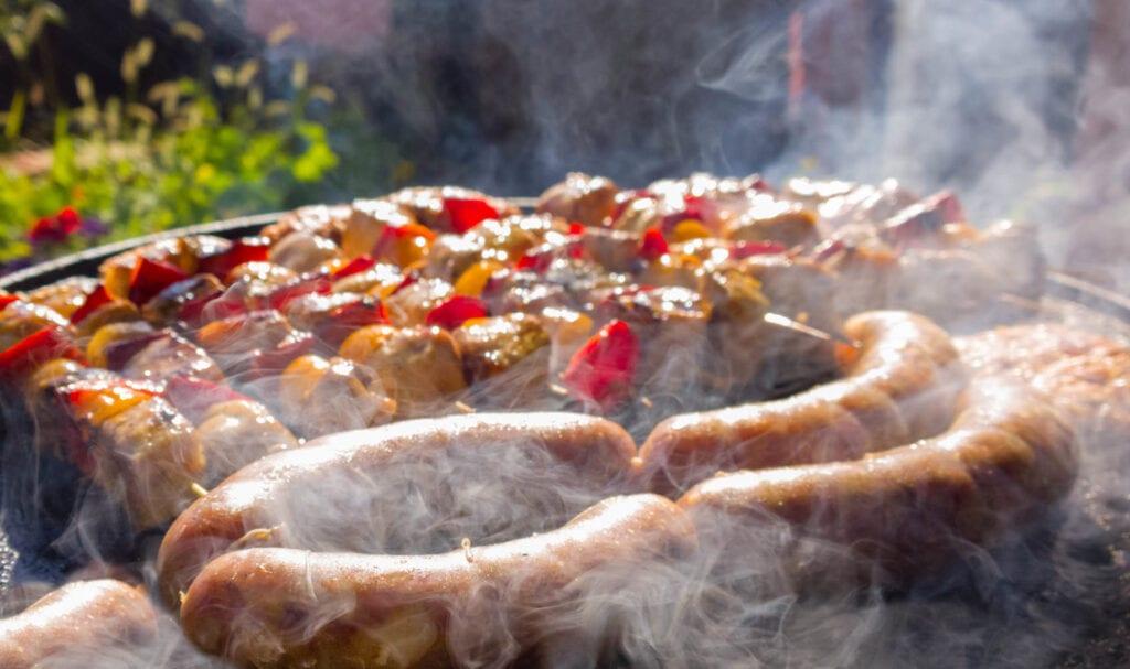 Grilling med tykke pølser og grillspyd - Fine design
