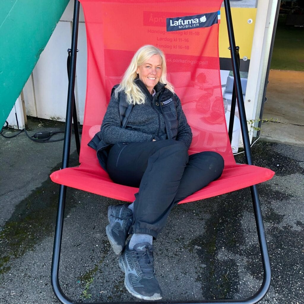 Marianne-i-en-fargerik-kjempestol Hagemøbler og utemøbler - Fine design