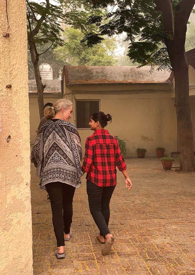 Helen-og-indisk-kvinne-går-sammen-house-of-good-people-india Hagemøbler og utemøbler - Fine design