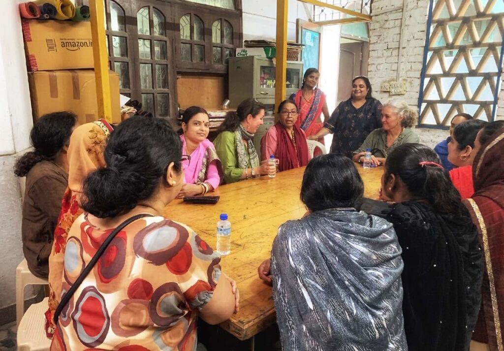 Kvinner-rundt-bord-med-helen-og-christine-i-india-house-of-good-people-1 Hagemøbler og utemøbler - Fine design